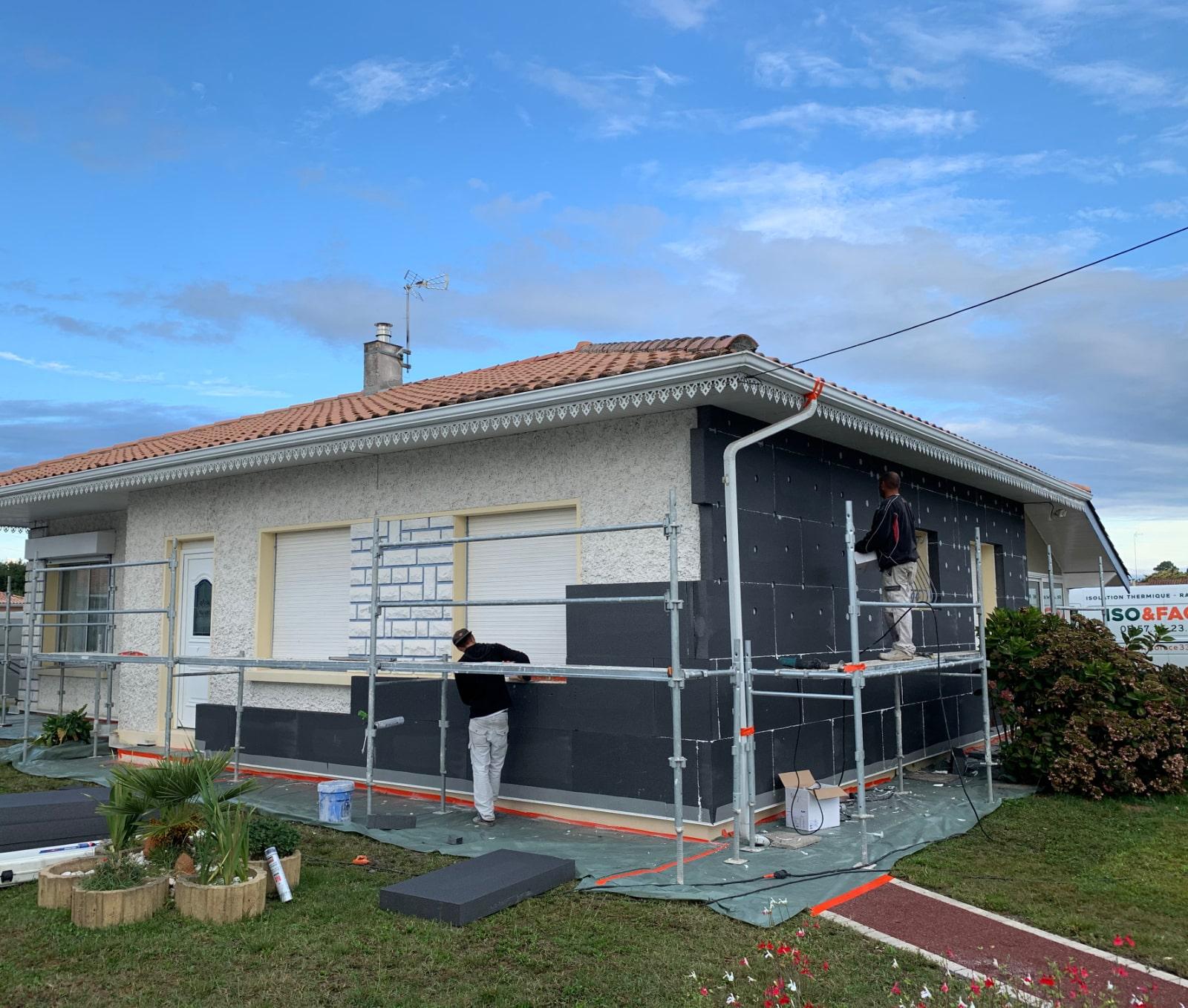 Photo pendant la réalisation d'une isolation par l'extérieur à Biganos