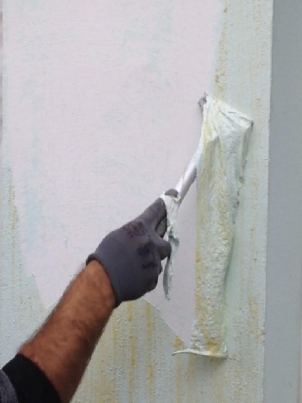 Décapage de la peinture extérieure de façade en cours